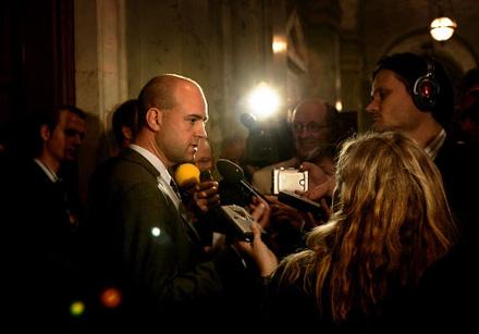 Fredrik Reinfeldt blir intervjuad